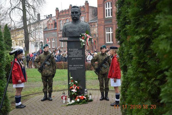 Uroczysty apel pamięci z okazji Narodowego Święta Niepodległości, skwerek przy pomniku Marszałka Józefa Piłsudskiego, ul. Bankowa w Wałczu