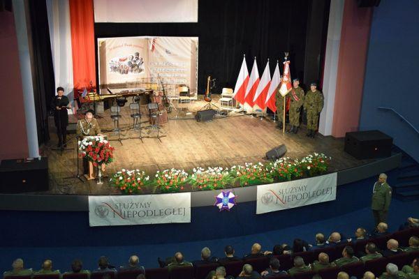 100 Rocznica Odzyskania Niepodległości - na scenie WCK, przemawia Komendant 1 RBLog Cezary Balewski (2)