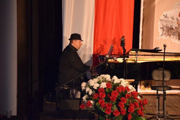 100 Rocznica Odzyskania Niepodległości - na scenie WCK, przy fortepianie gra p. Górski