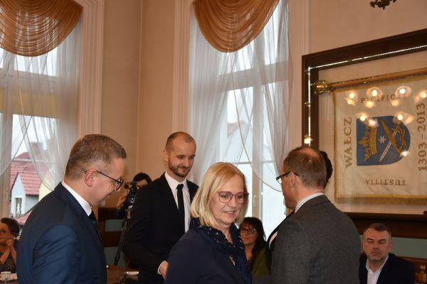 Burmistrz Maciej Żebrowski po ślubowaniu przyjmuje gratulacje od dyrektorów i prezesów jednostek organizacyjnych Urzędu Miasta (2)