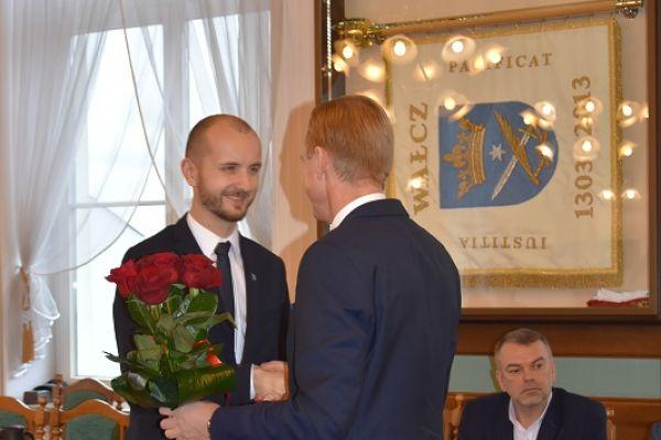 Burmistrz Maciej Żebrowski po ślubowaniu przyjmuje gratulacje od posła Pawła Suskiego