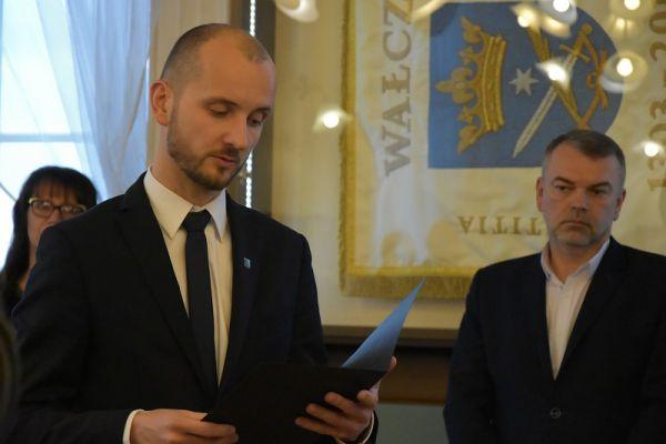Burmistrz Maciej Żebrowski składa ślubowanie