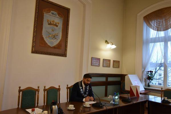 widoczny Przewodniczący Rady Miasta VIII kadencji Paweł Łakomy (2)