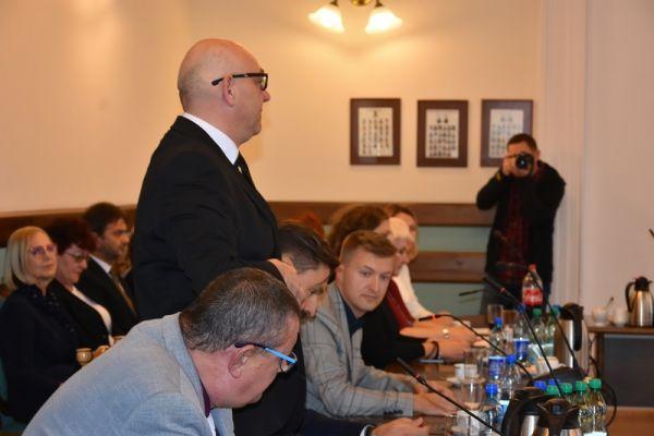 wręczenie zaświadczenia o wyborze  przez Dorotę Draus radnemu Krzysztofowi Piotrowskiemu