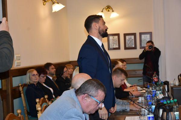 wręczenie zaświadczenia o wyborze  przez Dorotę Draus radnemu Pawłowi Łakomemu