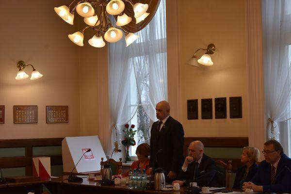 wręczenie zaświadczenia o wyborze  przez Dorotę Draus radnemu Zdzisławowi Ryderowi