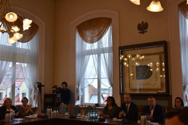 zdjęcie przedsatwia burmistrza Macieja Żebrowskiego, Skarbnika Rafała Fischera, Sekretarza Lucynę Kabs-Małecką