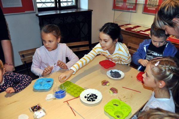 warsztaty mydlarskie, dziecie samodzielnie wykonują zdobione mydełka glicerynowe (2)