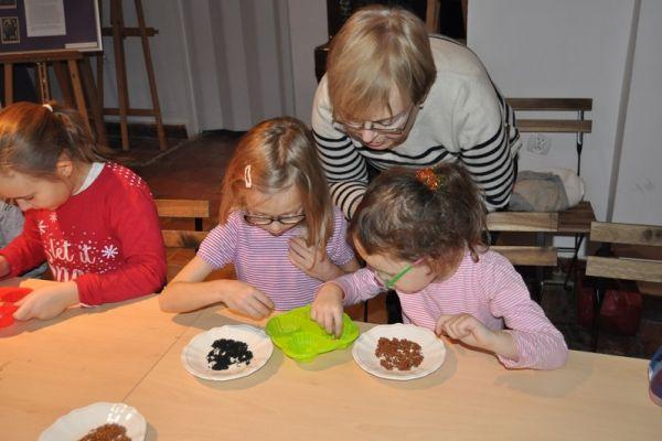 warsztaty mydlarskie, dziecie samodzielnie wykonują zdobione mydełka glicerynowe (3)