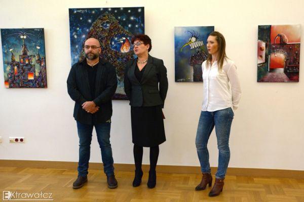 na zdjęciu autor prac Bartłomiej Baranowski, Krystyna Kalwasińska-dyrektor WCK i Marta Kawczyńska-instruktor WCK