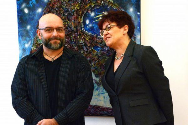 na zdjęciu autor prac z Krystyną Kalwasińską-dyretorem Wałeckiego Centrum Kultury