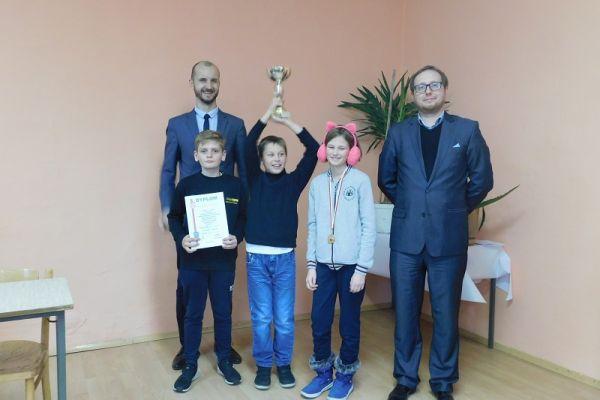 Międzyszkolne zawody strzeleckie, po wręczeniu medali i dyplomów, na zdjęciu od lewej Maciej Żebrowski-brmistrz, zwycięzcy i Adam Biernacki-wice burmistrz