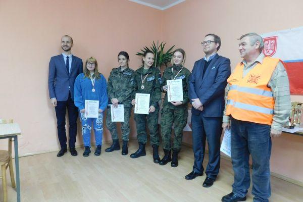 na zdjęciu od lewej Maciej Żebrowski-brmistrz, zwycięzcy, Adam Biernacki-wice burmistrz i Lech Sznaza-LOK w Wałczu