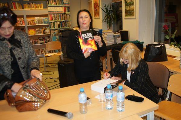 Na zdjęciu autorka Krystyna Lemanowicz - podpisuje książkę