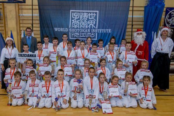 Reprezentacja Klubu zTrzcianki podczas X Mikołajkowego Turnieju Kata z udziałem 200 zawodniczek i zawodników z 9 klubów