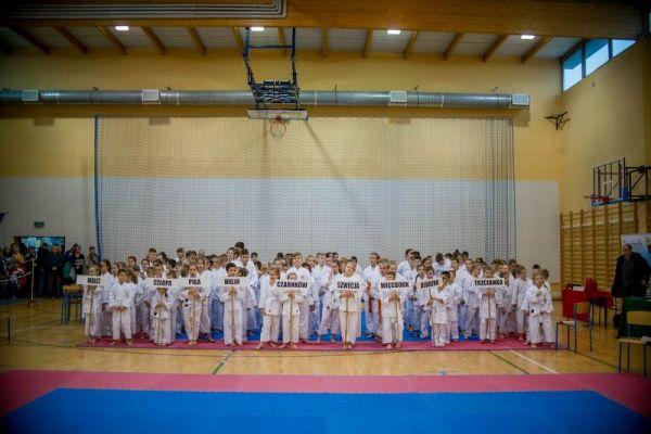 Reprezentacje klubów_X Mikołajkowy Turniej Kata z udziałem 200 zawodniczek i zawodników z 9 klubów