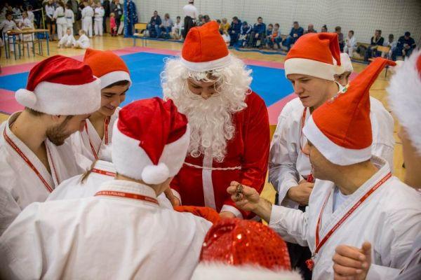 Święty Mikołaj rozdaje słodycze _ X Mikołajkowy Turniej Kata z udziałem 200 zawodniczek i zawodników z 9 klubów