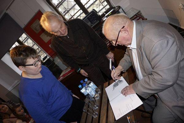 Autor Marian Wiatr podpisuje premierowe wydanie ksiażki