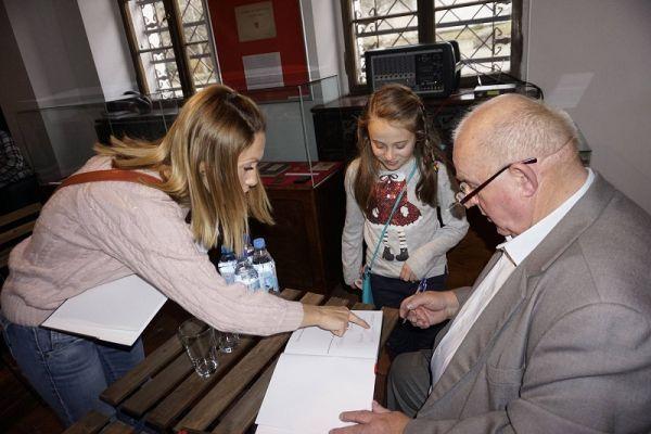 Autor Marian Wiatr podpisuje premierowe wydanie książki