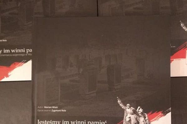 Na zdjęciu widoczne książki, przód okładki