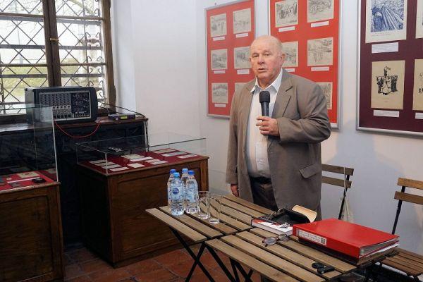 Prelekcja nowowydanej książki - na zdjęciu sam autor podczas prelekcji w muzeum ziemi wałeckiej