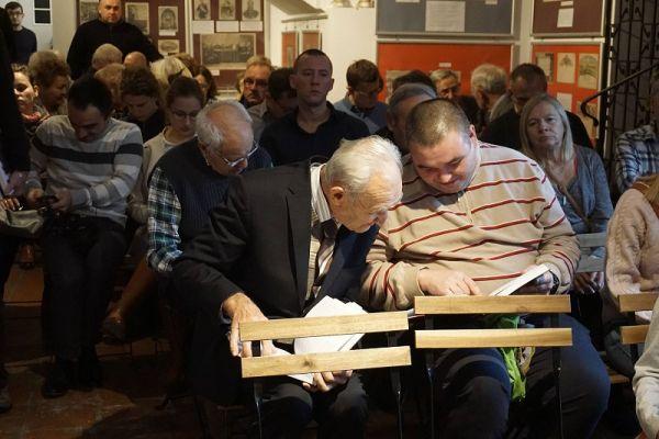 Zgromadzona publiczność podczas premierowego wydania ksiązki