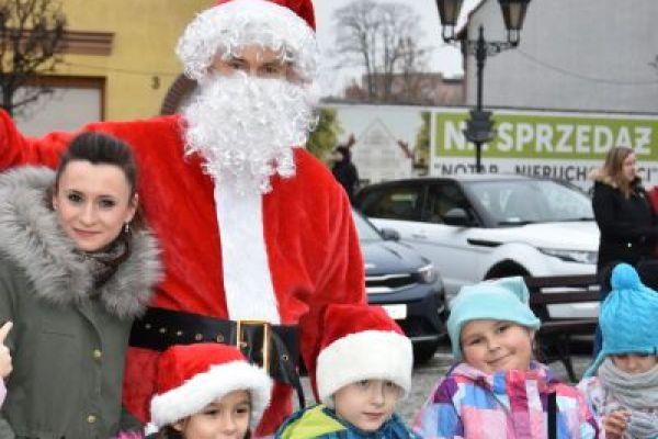 Wałeckie przedszkolaki i uczniowie ubierają choinkę