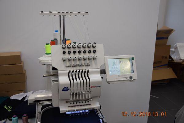 Wnętrze obiektu Zakładu Aktywności Zawodowej, na zdjęciu maszyna do szycia