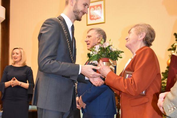 Uroczystość Złotych Godów, na zdjęciu Państwo Maria i Roman Doleccy oraz Julia i Emil Piszkowie wraz z burmistrzem Maciejem Żebrowskim