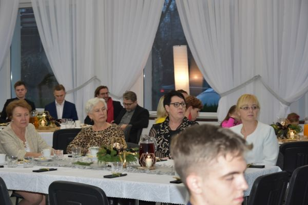 II Gala Ekonomii Społecznej w Wałczu, przy stołach siedzą zaporszeni goście