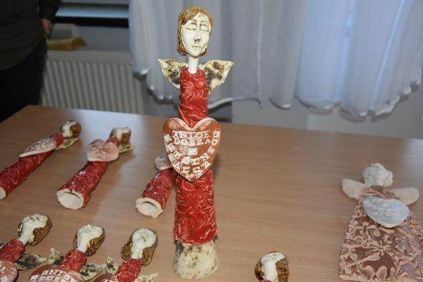 II Gala Ekonomii Społecznej w Wałczu, zdjęcie przedstawia ręcznie robione figurki świąteczne