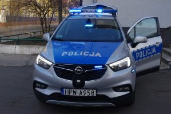 Nowy radiowóz przed budynkiem omendy Powiatowej Policji w Wałczu