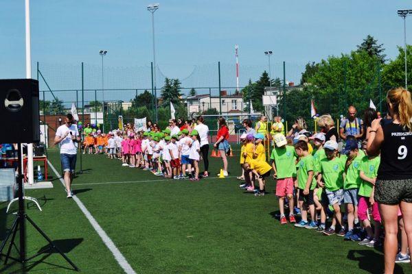 Zawodnicy podczas zawodów sportowych na boisku przy MOSiR