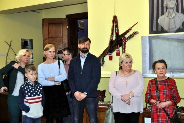 Zwiedzający wernisaż - na zdjęciu trzeci od lewej Przewodniczący Rady Miasta Paweł Łakomy