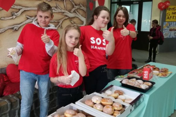 Wolontariusze SP 1 w Wałczu - akcja Pączek dla Afryki