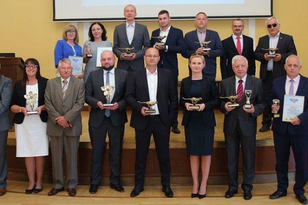 Przedstawiciele trzech miast - Bytomia, Świdnika i Wałcza - odebrali dyplomy i statuetki XI edycji Konkursu Samorząd Przyjazny Firmom 2017