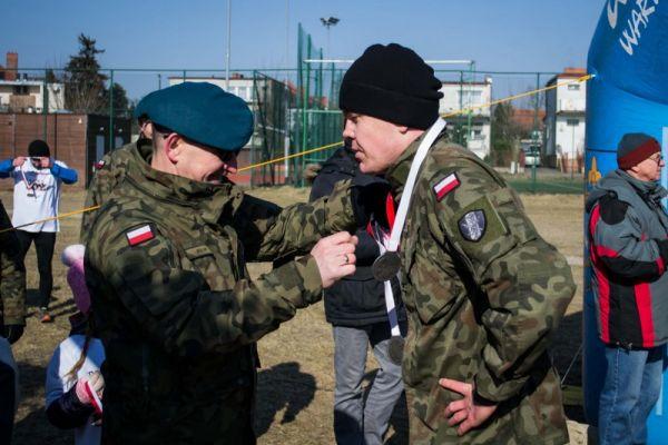 Wręczenie medalu podczas Biegu Pamięci Żołnierzy Wyklętych