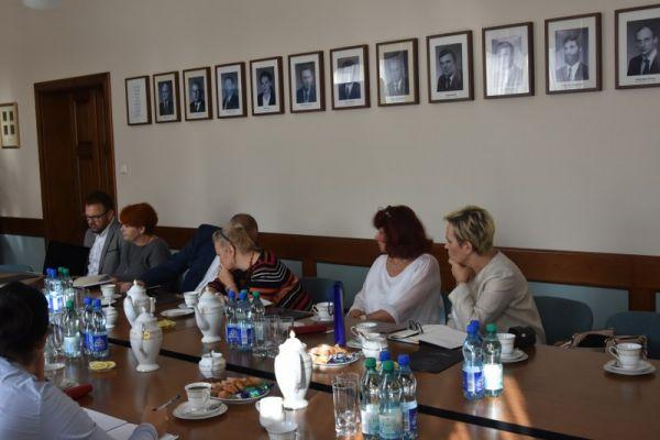 Spotkanie z dyrektorami na sali konferencyjnej