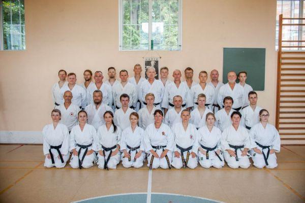 zdjęcie drużynowe członków karate