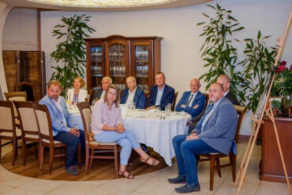 goście przy stoliku