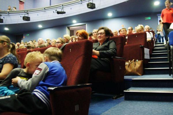 publiczność w sali widowiskowej