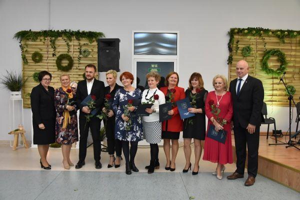 Bogusława Towalewska z Zdzisławem Ryderem wraz z dyrektorami placówek oświatowych- nagrody burmistrza