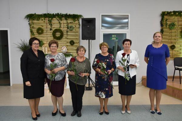 Burmistrz Maista Wałcz  z emerytowanymi pracownikami oświaty