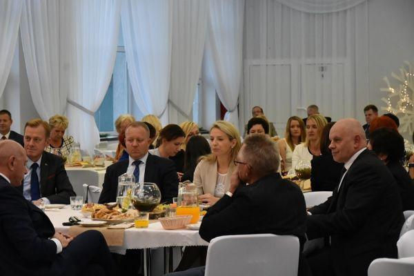 zdjęcie przedstawia zaproszonych gości na uroczystosc DEN